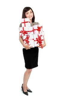 Gelukkig jongedame met geschenkdoos