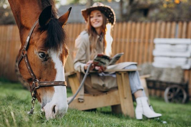 Gelukkig jongedame met paard op ranch