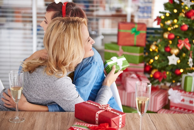 Gelukkig jongedame voor kerstcadeau