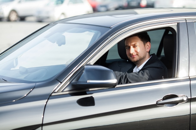 Gelukkig jongeman kocht nieuwe moderne auto