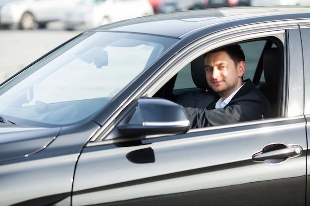 Gelukkig jongeman kocht nieuwe moderne auto.