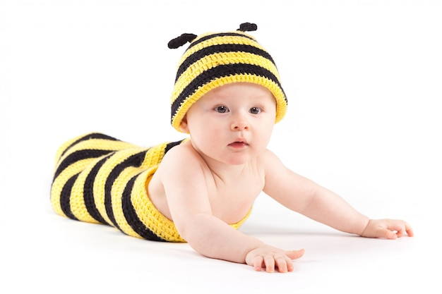 Gelukkig jongetje in bijenkostuum