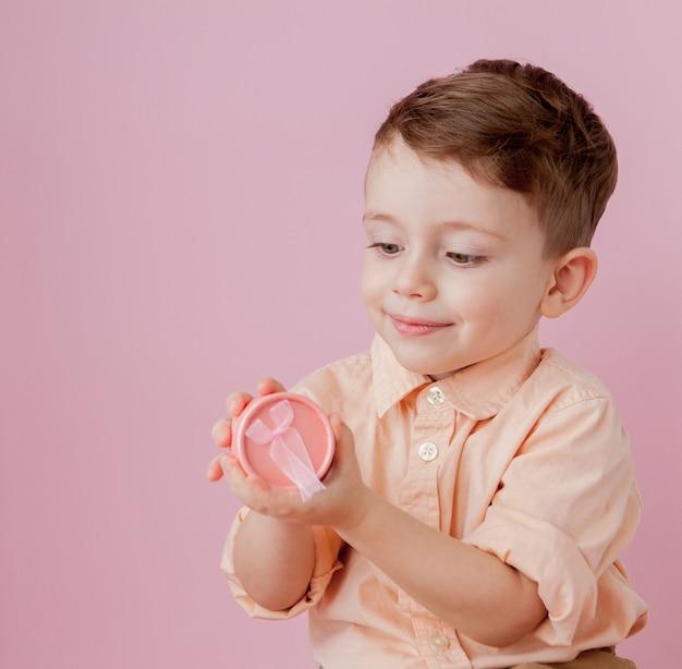 Gelukkig jongetje met een cadeau