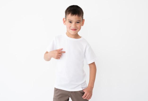 Gelukkig jongetje wijzend op lege witte tshirt