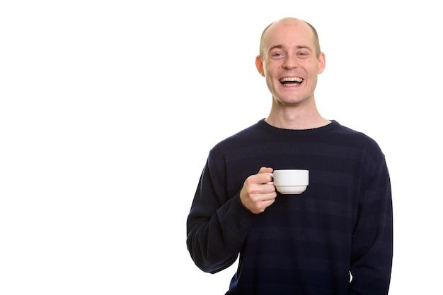 Gelukkig kale blanke man glimlachend en lachen terwijl koffie beker