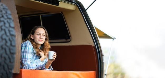 Gelukkig kaukasische mooie vrouw reiziger mensen genieten van koffie ochtend natuur vakantie in kampeerauto