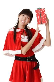Gelukkig kerst meisje met cadeau over witte muur.