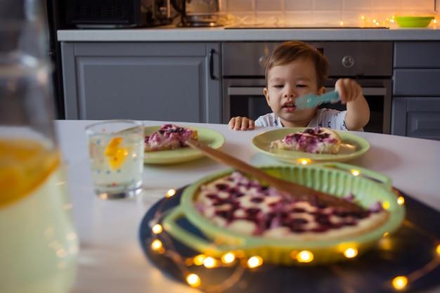 Gelukkig kind bereiken voor zelfgemaakte cake. home keuken