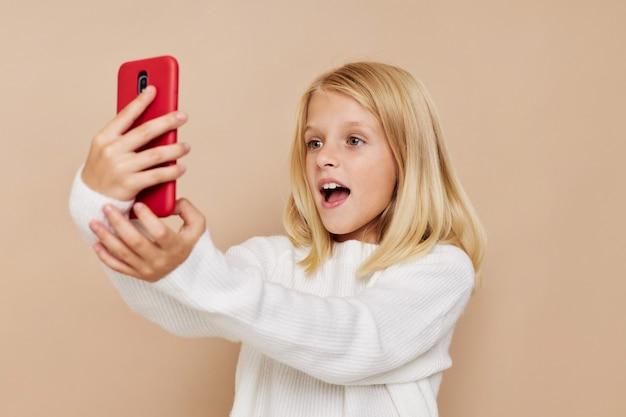 Gelukkig kind communicatie smartphone entertainment bijgesneden weergave