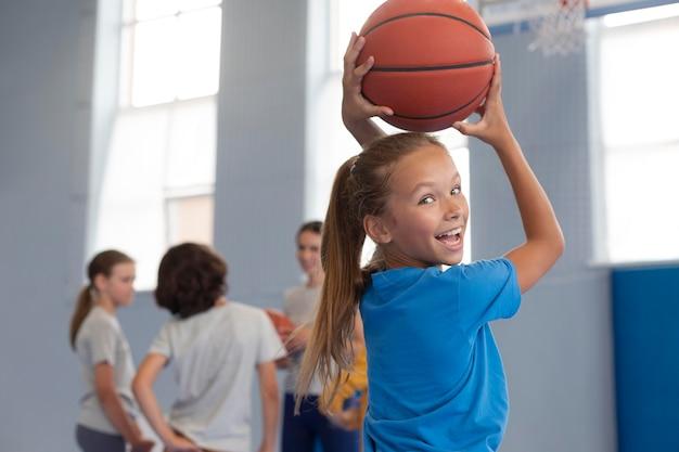 Gelukkig kind dat basketbal speelt
