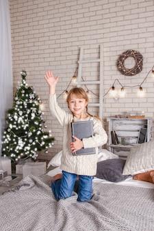 Gelukkig kind dat een boek leest met kerstmis