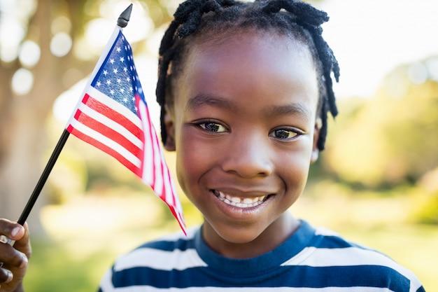 Gelukkig kind dat een vlag van de vs houdt