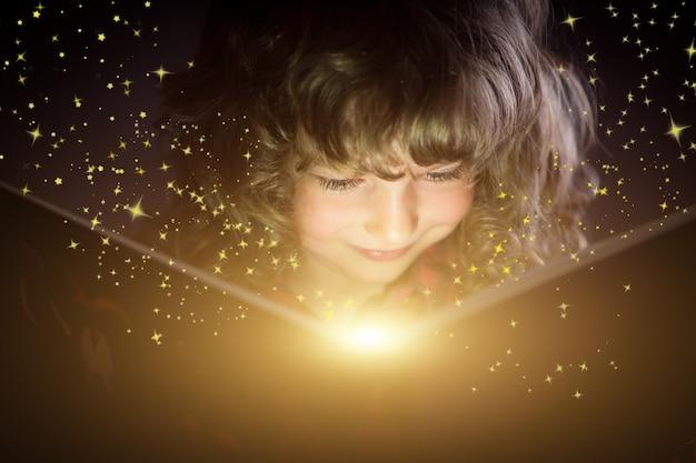 Gelukkig kind dat magisch boek leest