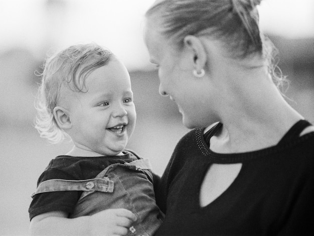Gelukkig kind dat met moeder glimlacht