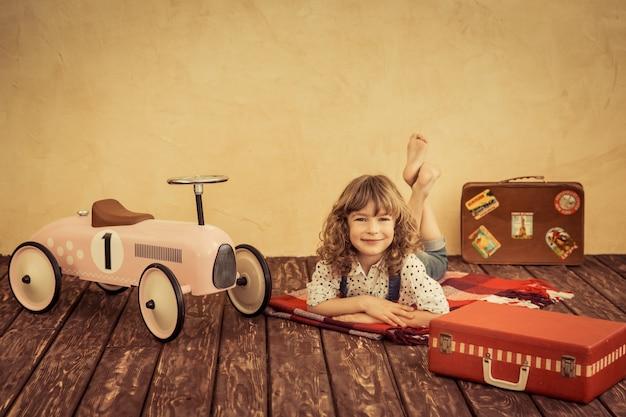 Gelukkig kind dat thuis speelt. auto reis. zomervakantie en reisconcept