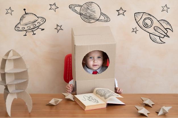 Gelukkig kind doen alsof ze astronaut zijn.
