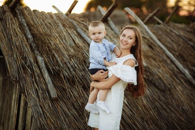 Gelukkig kind en zijn moeder plezier buitenshuis