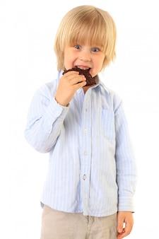Gelukkig kind eten van chocolade