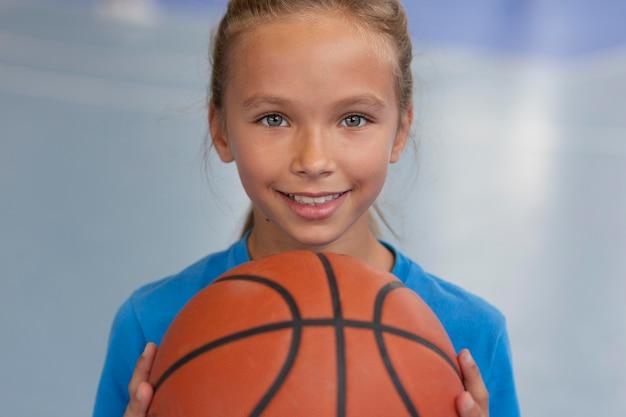 Gelukkig kind geniet van haar gymles