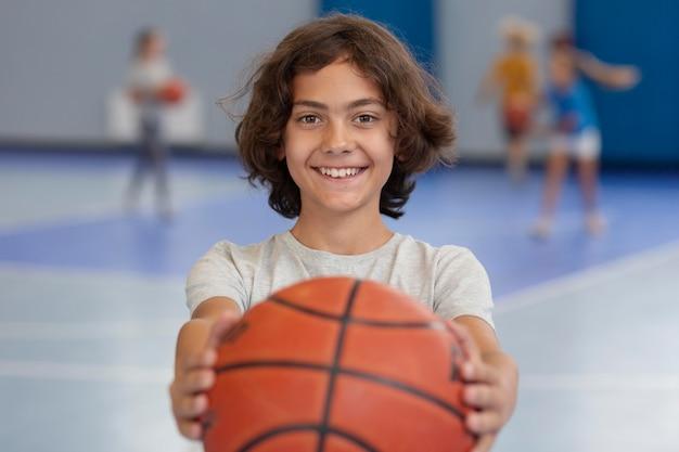 Gelukkig kind geniet van zijn gymles