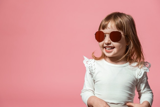 Gelukkig kind in zonnebril