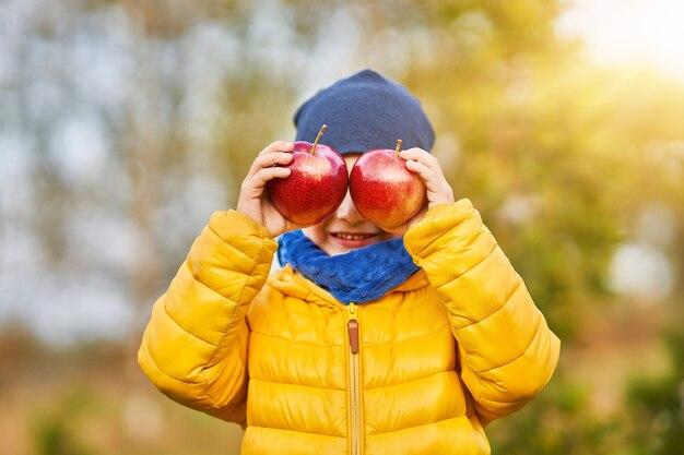 Gelukkig kind jongen buiten spelen in de herfst outside