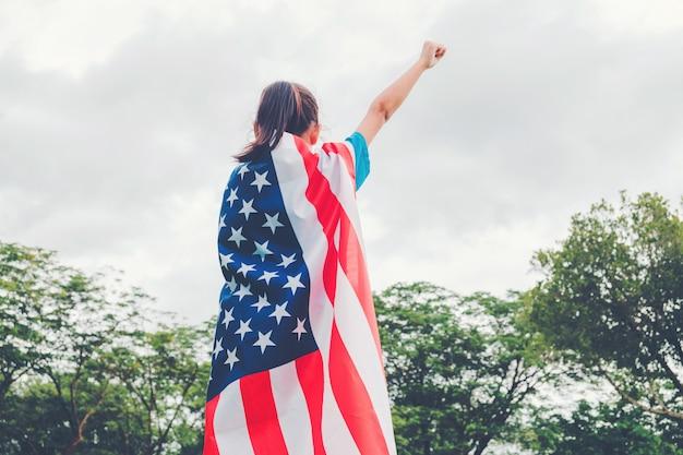 Gelukkig kind klein kind staande met de amerikaanse vlag vs vieren 4 juli