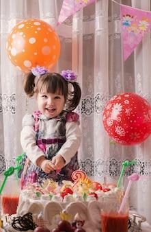 Gelukkig kind meisje op verjaardagsfeestje
