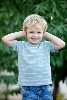Gelukkig kind met blauwe t-shirt in de tuin