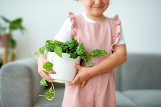 Gelukkig kind met een kleine potplant thuis