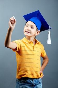 Gelukkig kind met een krijt in de klas