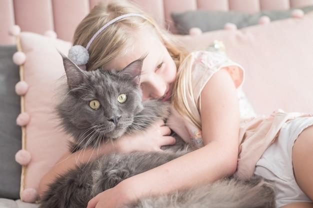 Gelukkig kind met haar huisdier