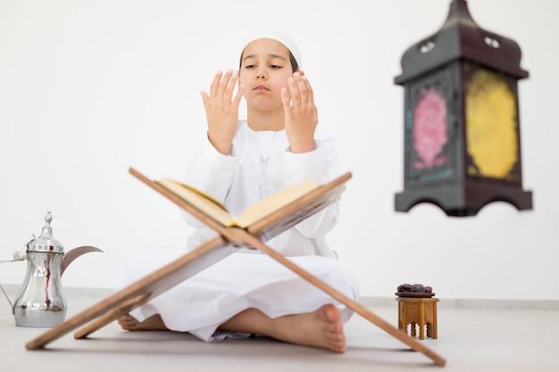 Gelukkig kind met ramadan-lantaarn