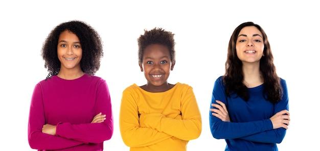 Gelukkig kind met twee mooie tieners die kleurrijke truien dragen die op een wit worden geïsoleerd
