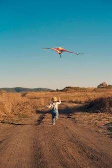 Gelukkig kind met vlieger