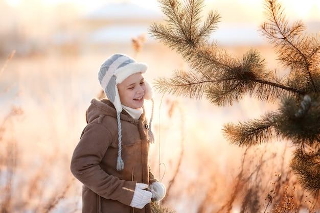 Gelukkig kind op een wandeling in de winter