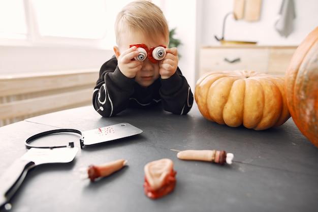 Gelukkig kind op halloween-feest. kinderpret binnen. bby gekleed in kostuum. concept van kinderen klaar voor een feestje.