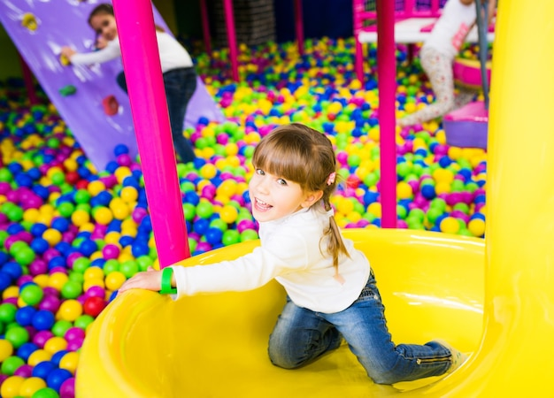 Gelukkig kind plezier in de speelkamer
