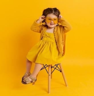 Gelukkig kind poseren terwijl het dragen van een zonnebril