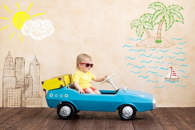 Gelukkig kind speelgoed vintage auto rijden