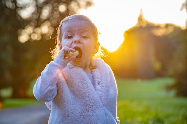 Gelukkig kind speelt graag in het park