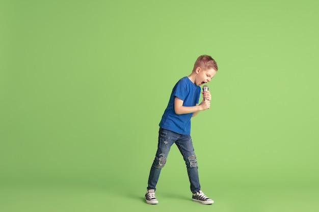 Gelukkig kind spelen en plezier maken