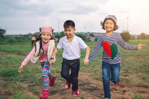 Gelukkig kind spelen met kleurrijke speelgoed ballonnen buitenshuis