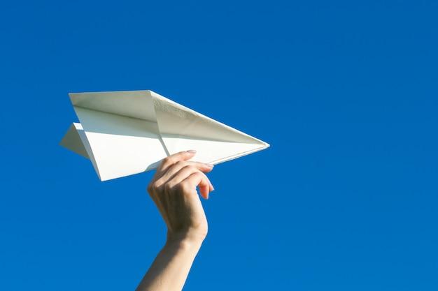 Gelukkig kind spelen met papieren vliegtuigje