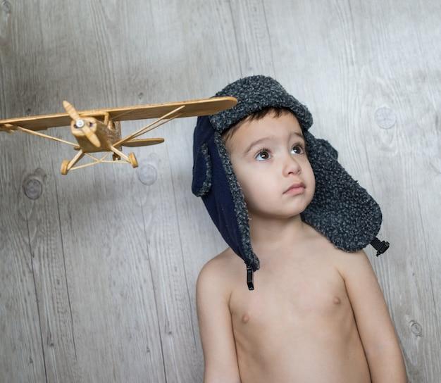 Gelukkig kind spelen met speelgoed vliegtuig