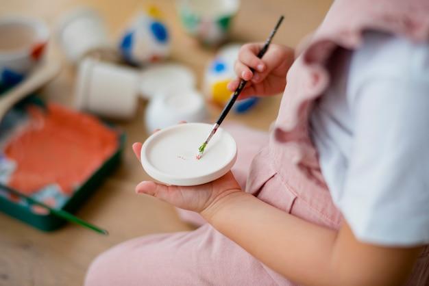 Gelukkig kind thuis diy pot schilderen hobby