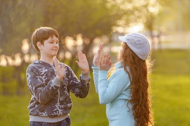 Gelukkig kind vriend genieten van handen klappen.