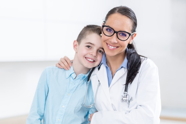 Gelukkig kinderarts vrouwelijke arts en jonge jongen in ambulance.