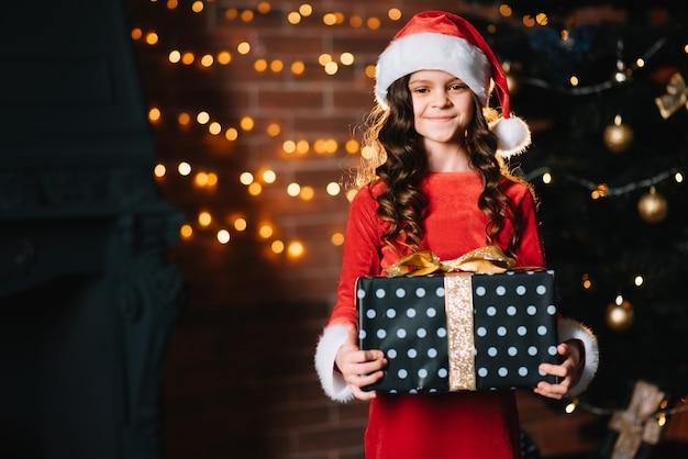 Gelukkig kindmeisje met giftdoos. vakantie, cadeautjes, kerstconcept.