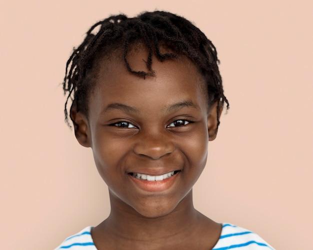 Gelukkig klein afrikaans meisje, lachend gezicht portret